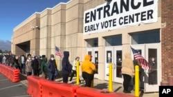 2020年10月30日俄亥俄州哥倫佈人們冷風中緩行列進行初選投票。