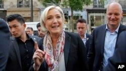 Марин Ле Пен (в центре)