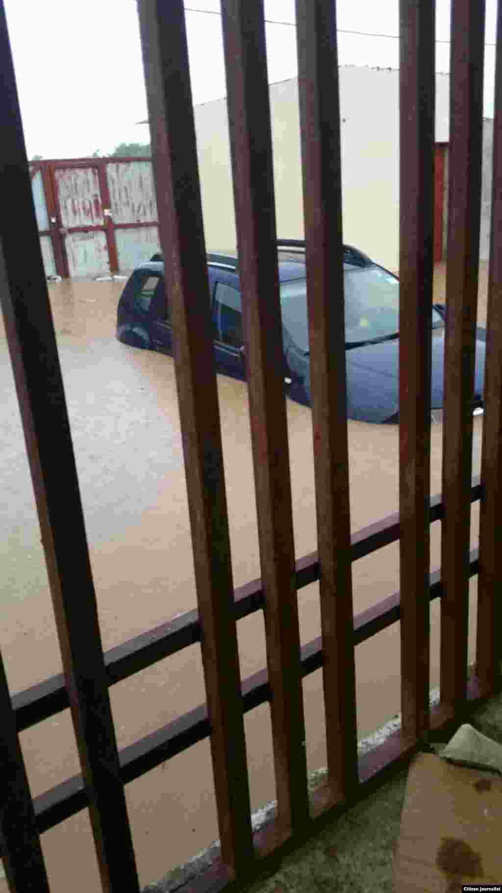 Carro submerso numa garagem de Luanda