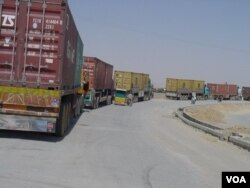 A long line of trucks, many with perishable goods, has been stuck at the border for day, Aug. 24, 2016. (A. Khan/VOA)