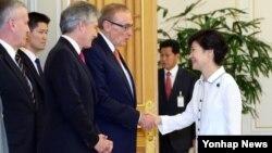 박근혜 한국 대통령이 4일 청와대에서 봅 카 호주 외교장관(왼쪽 세 번째), 스티븐 스미스 국방장관 등과 차례로 인사하고 있다.