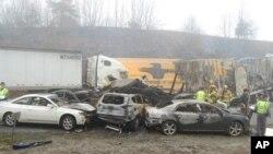 Algunos de los 95 vehículos involucrados en una serie de accidentes en la carretera interestatal 77, cerca de los límites de Virginia y Carolina del Norte, en Galax, Virginia, el domingo 31 de marzo de 2013.