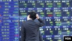 El índice Nikkei en Japón cerró en leve alza antes del anuncio de Fitch, pero Nueva York y otros mercados bajan.