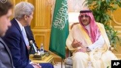 John Kerry hamwe n'Umwami Salman wa Arabiya sawudite Mideast Saudi U.S. Kerry