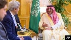 AQSh Davlat kotibi Jon Kerri Jiddada Saudiya Arabistoni valiahd shahzodasi Muhammad bin Naif bin Abdulaziz bilan uchrashmoqda, 15-may, 2016-yil