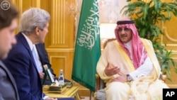 John Kerry dan Putra Mahkota Saudi Pangeran Mohammed bin Naif bin Abdulaziz. Jeddah, Saudi Arabia (Saudi Press Agency via AP)