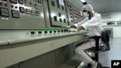 Seorang teknisi bekerja pada fasilitas pengayaan Uranium Iran di luar kota Isfahan, selatan Teheran (foto: dok). Pentagon memiliki rencana serangan cyber 'Nitro Zeus' untuk melumpuhkan sistem komunikasi Iran, jika diplomasi nuklir gagal.