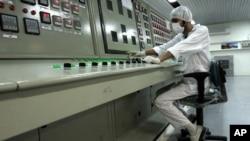 Один из техников за пультом управления на заводе по переработке урана в Исфахане, Иран (архивное фото)