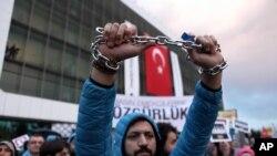 Manifesttaion pour la liberté de presse le 4 mars devant les locaux de Zaman.