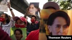 Protesta frente a la embajada de Birmania en Bagkok después de que el ejército birmano tomara el poder. [Foto de archivo]