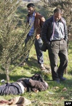 Guvohlarning aytishicha, hukumat faollardan birini qiynoqqa solib, jasadini Idlib yaqiniga tashlab ketgan
