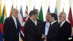 Serokê Îranê Mahmud Ahmedînejad û Serokê Misirê Mihemed Morsî di hilcivîna welatên bêalî de xwane dibin. Tehran 30/8/2012