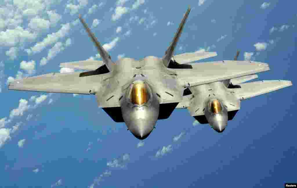 """Винищувачі F-22 """"Раптор"""" є найдосконалішими в арсеналі США. 23-го вересня їх вперше використано у бойовій операції."""
