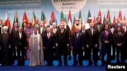 عکس دست جمعی رهبران و نمایندگان کشورهای اسلامی در نشست استانبول.