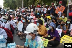 Aksi unjuk rasa di depan Kedutaan Besar Indonesia (KBRI) di Yangon, Myanmar, 23 Februari 2021. (Foto: VOA Rangoon bureau).