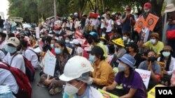 Aksi unjuk rasa di depan Kedutaan Besar Indonesia di Yangon, Myanmar, 23 Februari 2021. (Foto: VOA Biro Yangon/Myanmar).