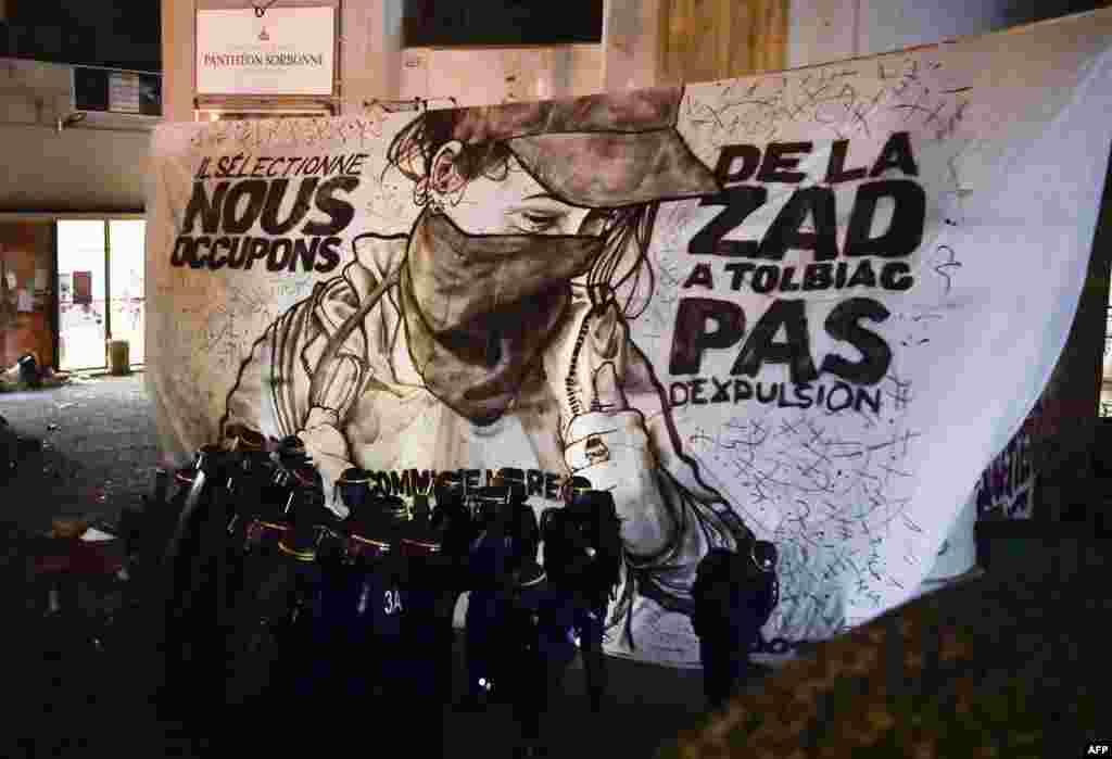Paris'te Sorbonne Üniversitesi kampüsünde pankartlı protesto.
