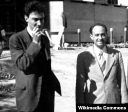 J. 로버트 오펜하이머와 엔리코 페르미가 카메라를 향해 포즈를 취하고 있다.