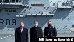 Milli Savunma Bakanı Hulusi Akar İngiltere'deki temasları kapsamında Prince of Wales savaş gemisini ziyaret etti