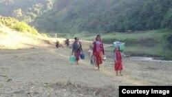 ဘူးသီးေတာင္ၿမိဳ႕နယ္ အနီးတြင္ ျဖစ္ပြားခဲ့ေသာ တိုုက္ပြဲမ်ားေၾကာင့္ တိမ္းေရွာင္ထြက္ေျပးလာခဲ့ၾကေသာ စစ္ေရွာင္မ်ား။ (ဓာတ္ပံု - Rakhine Ethnics Congress)