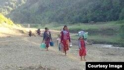 ဘူးသီးေတာင္ၿမိဳ႕နယ္ အနီးတြင္ ျဖစ္ပြားခဲ့ေသာ တိုုက္ပြဲမ်ားေၾကာင့္ တိမ္းေရွာင္ထြက္ေျပးလာခဲ့ၾကေသာ စစ္ေရွာင္မ်ား (photo-Rakhine Ethnics Congress)