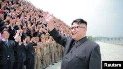 김정은 북한 노동당 위원장이 중거리 탄도미사일 무수단(북한명 '화성-10') 시험발사에 참여한 관계자들과 금수산 태양궁전에서 기념사진을 찍었다고 관영 조선중앙통신이 29일 보도했다.
