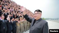 Lãnh tụ Kim Jong Un vẫy chào các giới chức Bắc Triều Tiên.