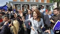 明尼蘇達州國會女眾議員巴赫曼星期一向支持者揮手致意