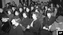 Réunion des suffragettes à Londres le 14 février 1945 lors de la célébration du 27e anniversaire du droit de vote des femmes britanniques.