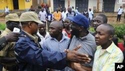 10月18号乌干达反对派领导人基扎.贝西杰及其支持者在金沙萨抗议示威中遭到警察拦截