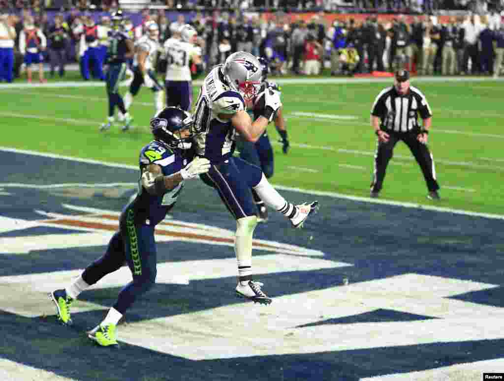 New England Patriots wide receiver Danny Amendola (80) catches a touchdown pass ahead of Seattle Seahawks free safety Earl Thomas (29) during the fourth quarter in Super Bowl XLIX at University of Phoenix Stadium, Glendale, AZ.