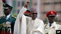尼日利亚新总统穆罕穆杜•布哈里宣誓就职后挥手致意(2015年5月29日)