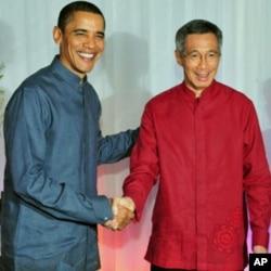 奥巴马身穿民族服装与新加坡总理李显龙握手