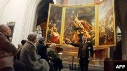 Một người hướng dẫn ở Bỉ giải thích về tác phẩm của danh họa Peter Paul Rubens