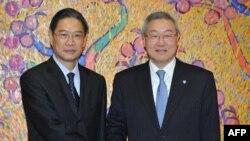Bộ trưởng Ngoại giao Nam Triều Tiên Kim Sung-hwan, phải, và Thứ trưởng Ngoại giao Trung Quốc Trương Chí Quân trước cuộc hội đàm ở Seoul, ngày 27/12/2011.