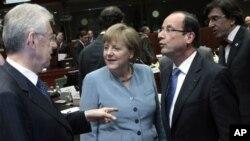 ນາຍົກລັດຖະມົນຕີອິຕາລີ Mario Monti (ຊ້າຍ) ທ່ານນາງ Angela Merkel ນາຍົກລັດຖະມົນຕີເຢຍຣະມັນ ແລະທ່ານ Francois Hollande ປະທານາທິບໍດີຄົນໃໝ່ຝຣັ່ງ (ຂວາ) ທີ່ກອງປະຊຸມສຸດຍອດ EU