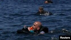 9月13日大批難民泅水進入希臘。