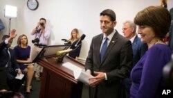 Ketua DPR AS Paul Ryan (kedua dari kanan) memberikan keterangan pers usai pertemuan kaukus partai Republik di Capitol Hill (26/4).