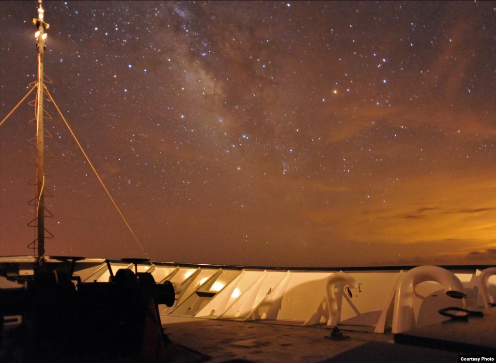 Snimka Mliječnog puta s palube broda ilustrira osjetljivost kamere kojom su slikana morska stvorenja. Credit: Sonke Johnsen