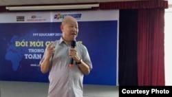 Nhà giáo Phạm Toàn trình bày về giáo dục theo quan điểm của nhóm Cánh Buồm tại Đại học FPT, ngày 30/11/2014.