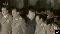 金正恩(左三)