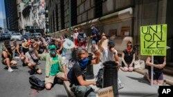 Demonstranti se okupljaju ispred zgrade američke Centralne banke na Manhattanu, 20. juli 2020.