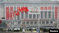 星期五,人们在朝鲜劳动党全国代表大会会场附近走过。