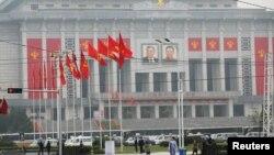 5月6日,民眾在北韓勞動黨全國代表大會會場附近走過。