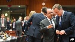 Thủ tướng Anh David Cameron nói chuyện với Tổng thống Pháp Francois Hollande tại hội nghị thượng đỉnh EU ở Brussels, ngày 28/6/2016.