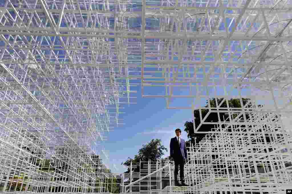 영국 런던의 켄싱턴 가든에 설치된 일본 조각가 소우 후지모토의 작품. 2센티미터 두께의 철제봉으로 만든 옥외 카페로, 관람객들이 안에 들어가 관림할 수 있다.
