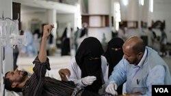 Petugas kesehatan merawat salah seorang demonstran yang terluka akibat tembakan pasukan pemerintah di Sana'a (22/9).