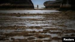 Seorang anak laki-laki tampang memancing di antara batu karang Kepulauan Natuna Besar (foto: dok). China kini mengklaim Kepulauan Natuna, milik Indonesia, sebagai bagian dari wilayahnya.