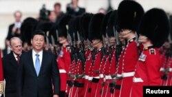 영국을 국빈방문한 시진핑 중국 국가주석(앞)이 영국의 필립 왕자와 함께 20일 런던에서 열린 환영식에서 의장대를 사열하고 있다.