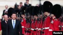 El presidente chino, Xi Jinping, y el príncipe británico Felipe pasan revista a la guardia de honor durante la ceremonia de bienvenida en Londres, el martes, 20 de octubre de 2015.